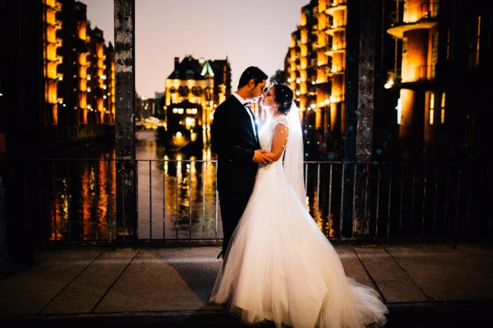 Hochzeitsfotograf Hochzeitsreportage Ganztagesreportage Storytelling Lifestyle Trauung Hamburg Speicherstadt Illumination