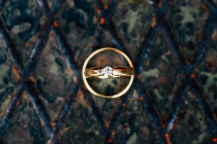 Hochzeitsfotograf Hochzeitsreportage Ganztagesreportage Storytelling Lifestyle Bergpark Wilhelmshoehe Ringe