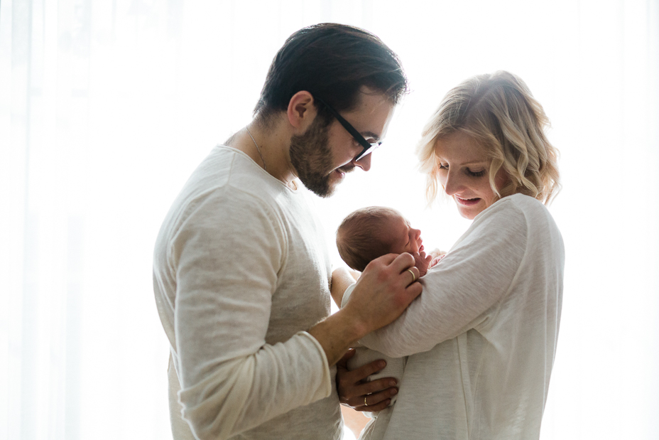 Neugeborenenshoot Homestory Babyfotos Babyshooting zuhause Homestory Babyfotograf Kassel Hessen modern lifestyle gemütlich