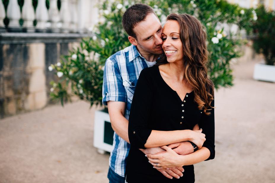 ausgelassen im Park Karlsaue Orangerie Paarshoot Engagementshooting Coupleshoot Verlobung Hochzeitsfotograf Kassel