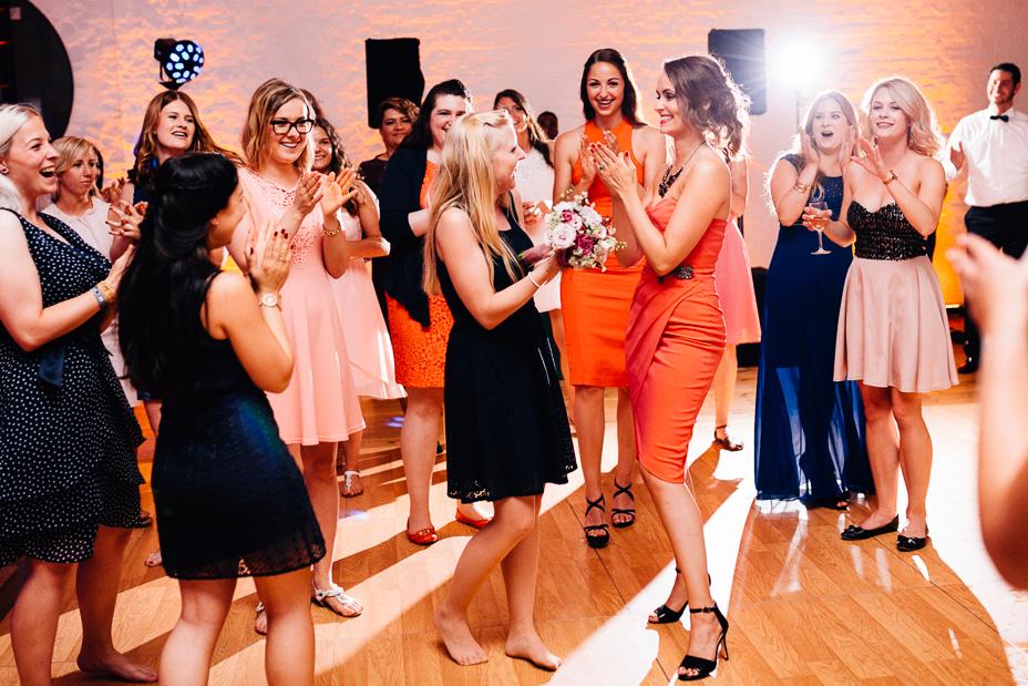 Ein Tag in Hamburg`s Speicherstadt Hochzeitsreportage Hamburg Kaispeicher B Deck 10 Alster Hochzeitsfotograf Brautstraußwurf