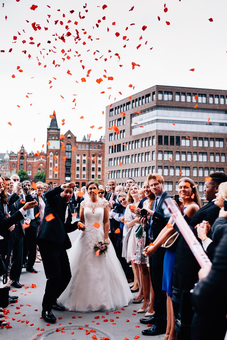 Ein Tag in Hamburg`s Speicherstadt Hochzeitsreportage Hamburg Kaispeicher B Deck 10 Alster Hochzeitsfotograf Konfettikanone