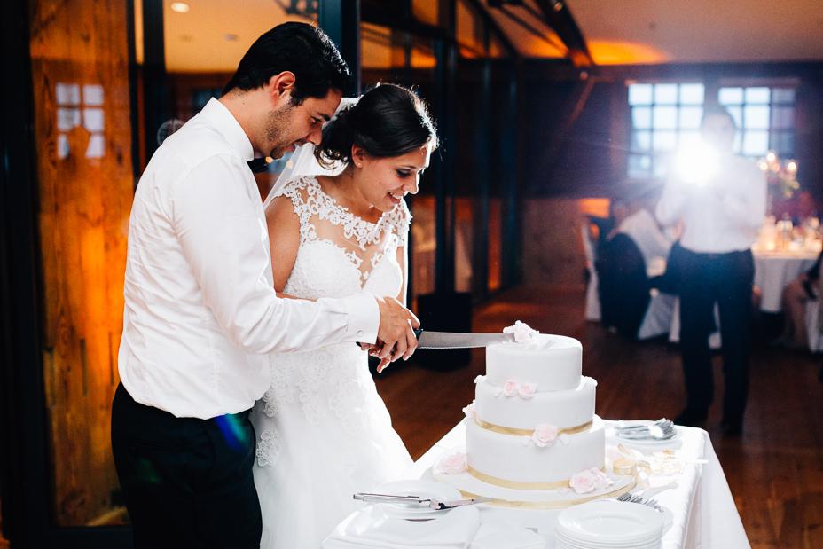 Ein Tag in Hamburg`s Speicherstadt Hochzeitsreportage Hamburg Kaispeicher B Deck 10 Alster Hochzeitsfotograf Hochzeitstorte Tischfeuerwerk