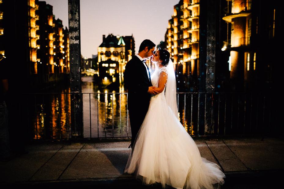 Ein Tag in Hamburg`s Speicherstadt Hochzeitsreportage Hamburg Kaispeicher B Deck 10 Alster Hochzeitsfotograf Nachtportraits Wasserschloss