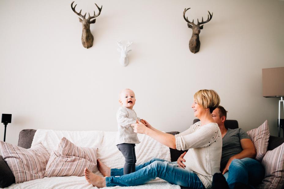 Babybauchshoot Babybauch Schwangerschaft Schwangerschaftsshooting Fotograf Kassel Homestory zuhause Geschwister Storytelling Lifestyle muckelige Babybauch-Homestory zu fünft