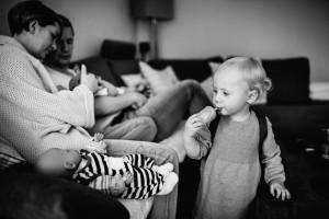Babyshooting Kassel Babyfotograf Neugeborenenfotos Familienshoot Homestory Babyhomestory indoor zuhause Inka Englisch Photography süßes Familienglück - Babyhomestory zuhause