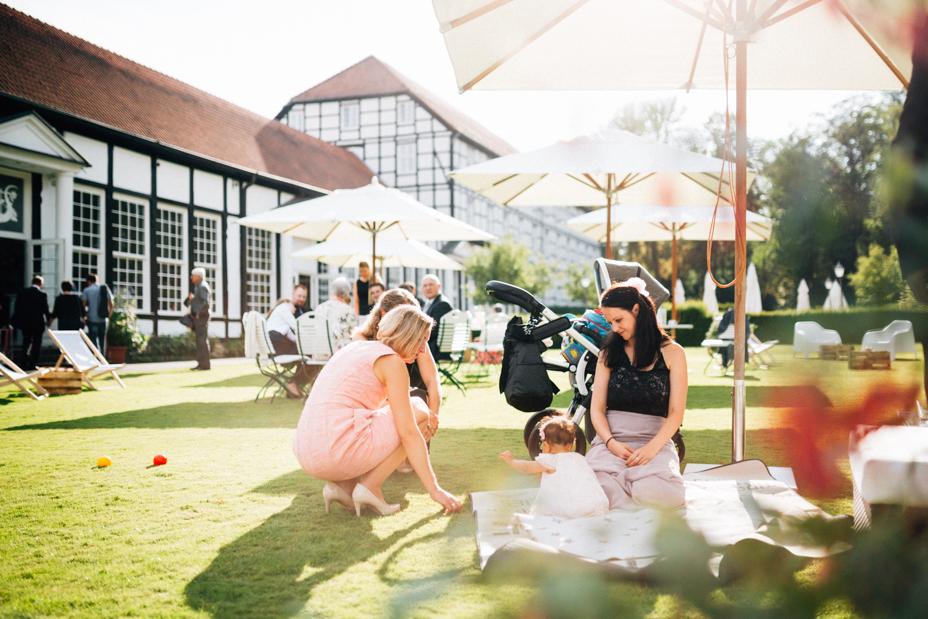 Hochzeitsfotograf-Kassel-Bad Driburg-Graeflicher Park-Inka Englisch Photography-Hochzeitsreportage-Regenhochzeit-entspannt-storytelling-wedding photographer-74