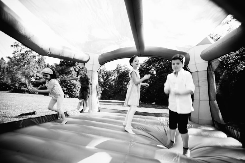 Maritime Hochzeit in der Traumkulisse Hoher Darsberg Hochzeitsfotograf-Kassel Frankfurt Wiesbaden Hoher Darsberg Inka Englisch Photography Hochzeitsreportage Storytelling Sektempfang Häppchen Gratulationen Hüpfburg Kinder