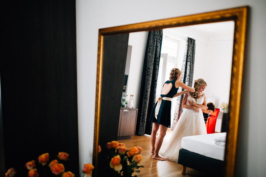 Elegantes Glück im Staatsbad Bad Brückenau Hochzeitsfotograf Staatsbad Bad Brückenau Hochzeit Kassel Reportage Storytelling Inka Englisch Photography Villa Schwan Getting Ready