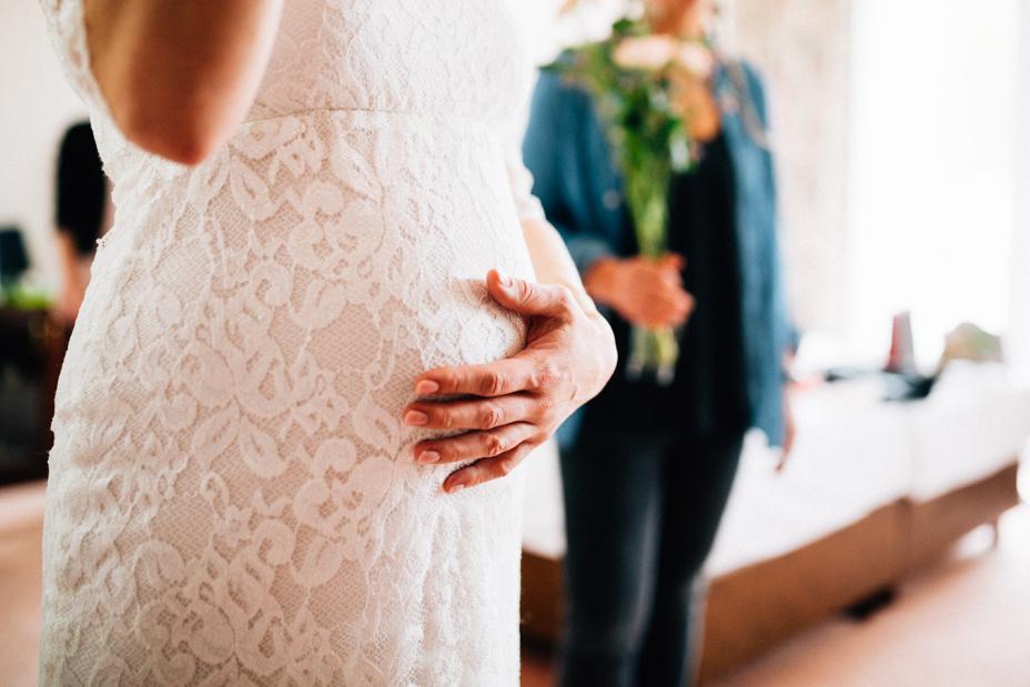 Babybauch Hochzeit auf Schloss Friedrichsstein Hochzeitsfotografie Kassel Bad Wildungen Hochzeitsfotograf Wedding Photographer Ganztagesreportage freie Trauung Getting Ready