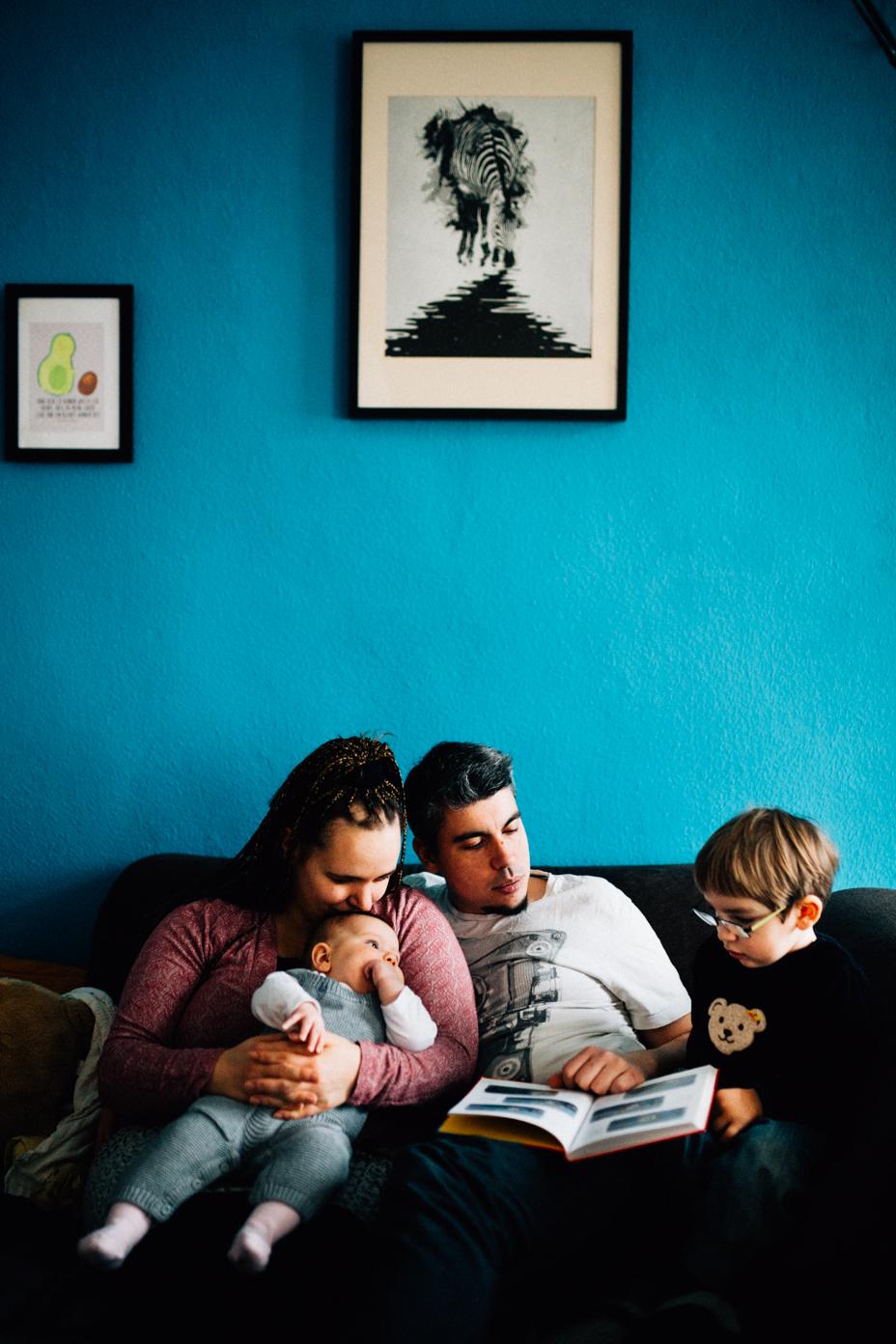 Familienhomestory zu viert Babyfotograf Kassel Babyshooting Kinder Shooting Homestory Fotograf Kassel Hann. Münden Göttingen Familienshooting zuhause Reportage Dokumentation Inka Englisch Photography