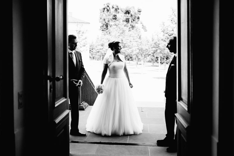 Sommerliche Hochzeit im Bergpark Wilhelmshöhe Fotograf Schlosshotel Schlosskapelle Hochzeitsfotografie Kassel Hochzeitsfotograf Wedding Photographer Ganztagesreportage Getting Ready First Look