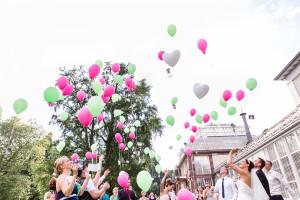 Hochzeitsfotograf Wedding Photography Hochzeitsreportage Kassel Frankfurt Würzburg Hannover Hamburg München Luftballons Gewächshaus Bad Wilhelmshöhe Grischäfer