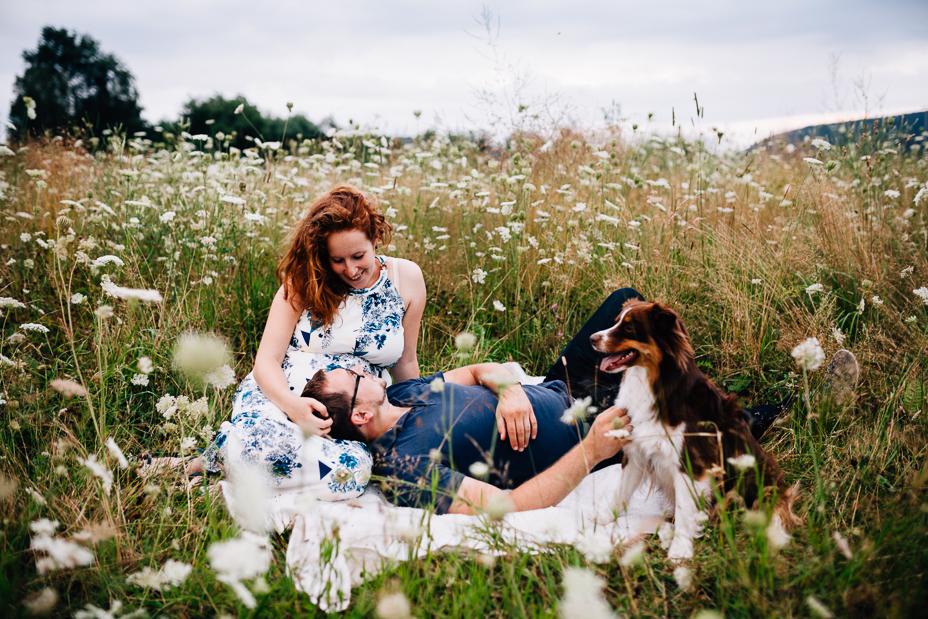Babybauchshoot mit Wildblumen und Schnecken bei Kassel Babybauchshoot inmitten von Wildblumen & Schnecken Schwangerschaftsfotografie Babybauch Maternity outdoor Lifestyle Hund Australian Shepherd 2020