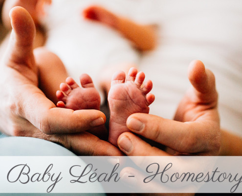 Babyshooting Kassel Babyfotograf Neugeborenenfotos Familienshoot Homestory Babyhomestory indoor zuhause Inka Englisch Photography Babyhomestory mit großer Schwester an der Seite