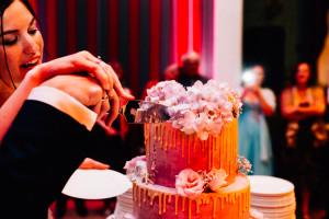 Hochzeitsfotograf Kassel Bad Driburg Frankfurt Hannover Wiesbaden Inka Englisch Photography Regenhochzeit Hochzeit im Gräflichen Park Bad Driburg Feier Dessert Hochzeitstorte anschneiden