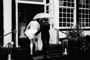 Hochzeitsfotograf Kassel Bad Driburg Frankfurt Hannover Wiesbaden Inka Englisch Photography Regenhochzeit Hochzeit im Gräflichen Park Bad Driburg Regen Brautpaar Braut Bräutigam