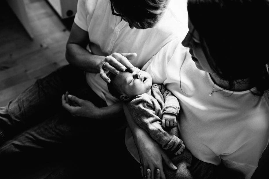 Die ersten Tage Babykuscheln ... Babyhomestory bei Kassel Babyfotograf Kassel Neugeborenenshooting Babyshooting Neugeborenenfoto Homestory Fotograf Kassel Hann. Münden Göttingen Familienshooting zuhause Hund 2020
