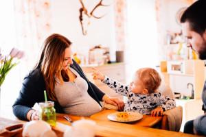 Babybauchfotograf Babybauchshooting Kassel Homestory Fotograf Kassel Frankfurt Göttingen Familienshooting zuhause Babybauch Homestory in Kassel
