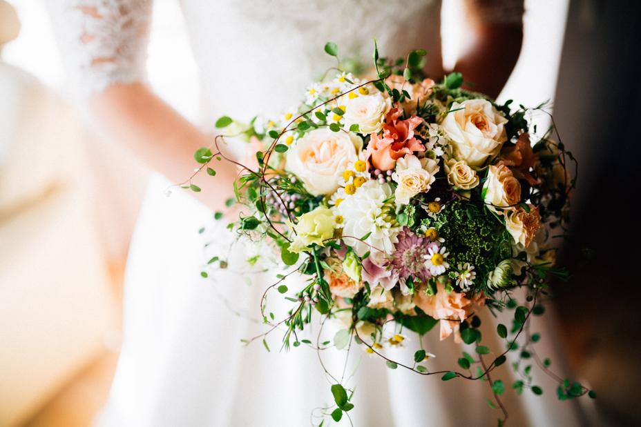 Hochzeitsfotograf Hochzeit Fotograf Hann. Münden Kassel Letzter Heller Inka Englisch 2018 Reportage Getting Ready Vorbereitungen Brautkleid Brautstrauß