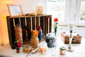 emotionale Hochzeit im Bergpark Wilhelmshöhe Kaskadenwirtschaft Grischaefer Inka Englisch 2018 freie Trauung Reportage Tischdeko Candybar