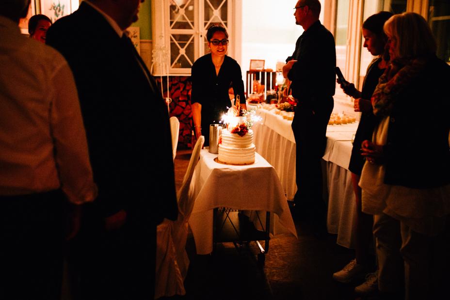 emotionale Hochzeit im Bergpark Wilhelmshöhe Kaskadenwirtschaft Grischaefer Inka Englisch 2018 freie Trauung Reportage Party Torte