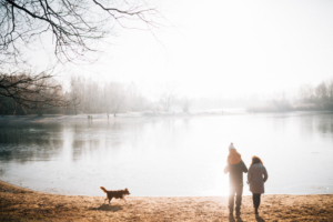 Wintergeschichte am See Homestory Familienshoot outdoor Kassel Berlin Inka Englisch Fotograf Kind Hund See Winter