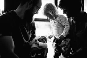 Familienzauber der ersten Tage gemeinsam - Babyshooting Kassel Baunatal Nordhessen Schwalm-Eder-Kreis Fotograf Baby Neugeborenes Homestory Geschwister zuhause Newbornshooting Neugeborenenshooting