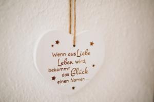 Zauberhafte Zeit mit Neugeborenem Homestory Babyshooting Kassel Neugeboren Familie Inka Englisch Familienshooting Shooting Kassel zuhause 2020