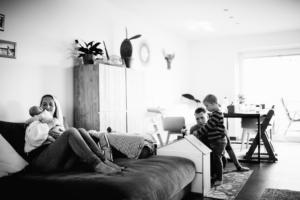 wenn große Brüder zu Rittern werden - Babyshooting Kassel Newbornshooting Babyfoto Neugeborenenshooting Familie Familienshooting Homestory Inka Englisch Kassel 2020 Fotograf Reportage Dokumentation Lebensmomente Babyfotograf Geschwister Großeltern