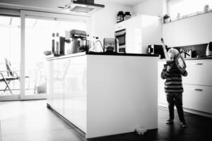 wenn große Brüder zu Rittern werden - Babyshooting Kassel Newbornshooting Babyfoto Neugeborenenshooting Familie Familienshooting Homestory Inka Englisch Kassel 2020 Fotograf Reportage Dokumentation Lebensmomente Babyfotograf Geschwister Großeltern Ritter