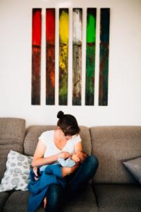zauberschöne Familienmomente zuhause stillen Wochenbett als Newbornshooting Babyshooting Babyfotograf Kassel 2020 Neugeborenenshooting Homestory zuhause Geschwister Familie Reportage