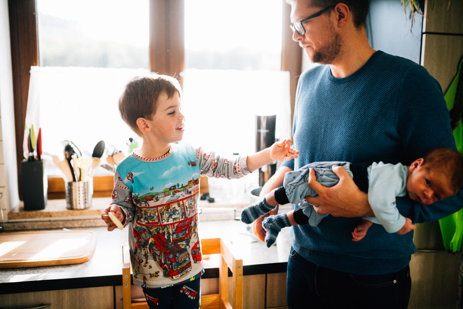 zauberschöne Familienmomente zuhause als Newbornshooting Babyshooting Babyfotograf Kassel 2020 Neugeborenenshooting Homestory zuhause Geschwister Familie Reportage