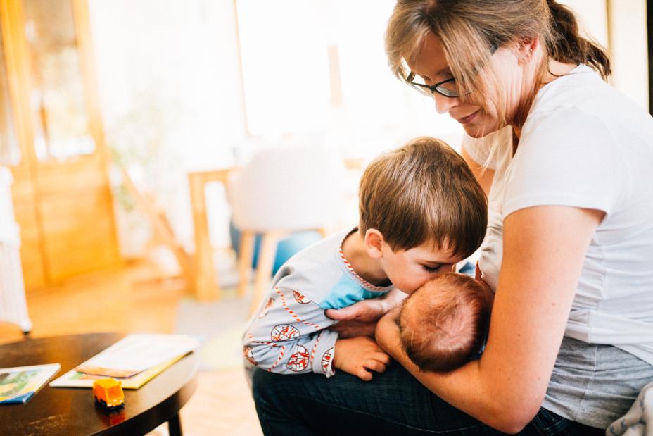 zauberschöne Familienmomente zuhause als Newbornshooting Babyshooting Babyfotograf Kassel 2020 Neugeborenenshooting Homestory zuhause stillen Wochenbett Geschwister Familie Reportage