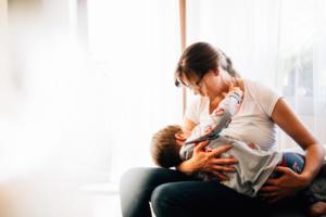 zauberschöne Familienmomente zuhause als Newbornshooting Babyshooting Babyfotograf Kassel 2020 Neugeborenenshooting Homestory zuhause stillen Wochenbett Geschwister Familie Reportage Langzeitstillen