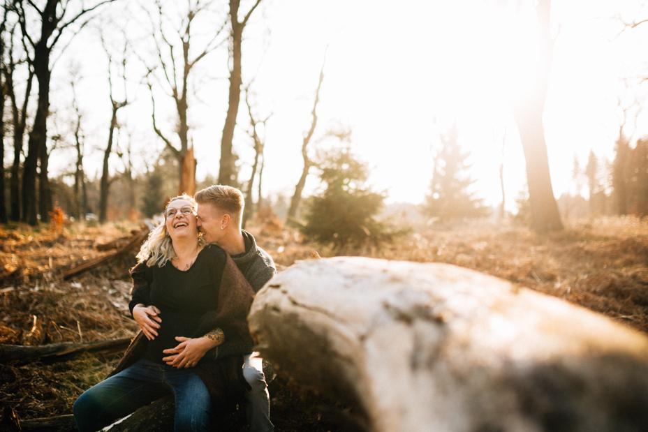 Babybauch-Erinnerungen, die nicht warten können Babybauchshooting Babybauch Schwangerschaft Fotograf Kassel Reportage outdoor Wald Inka Englisch Shooting Fotoshooting Kaufungen Lifestyle