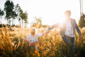 Komm mit mir ins Abenteuerland - Familienshoot bei Kassel Familienshooting Kindershooting Kinderfotograf Kassel Inka Englisch Homestory outdoor Sonnenuntergang Fotograf
